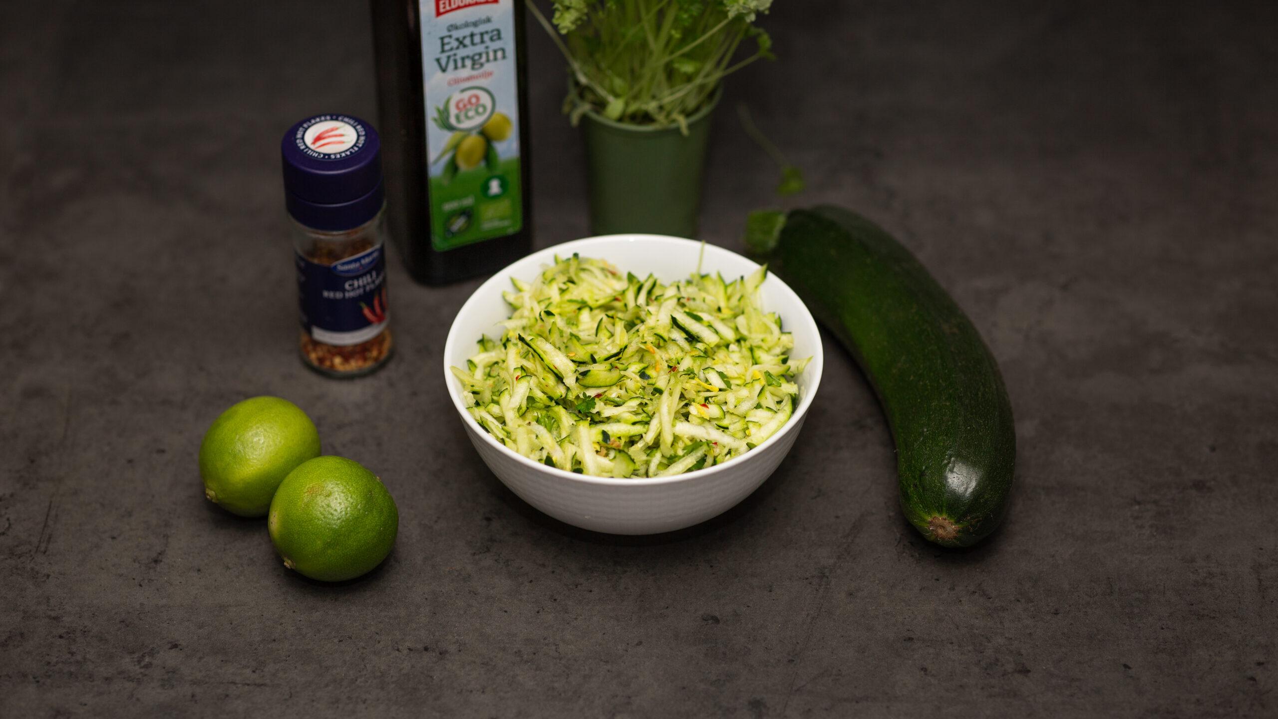 Enkel zucchinisallad med ingefära och chiliflakes