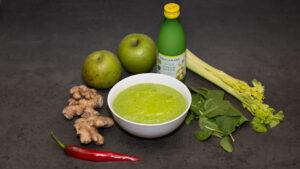 Grön smoothie med smak av selleri och chili