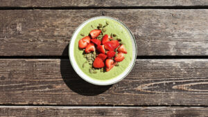 Grön smoothieskål med smak av lime